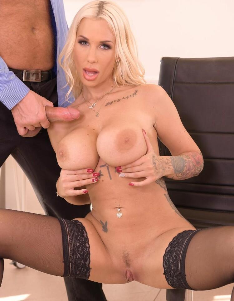 Kyra Hot - chupar y coger en la oficina