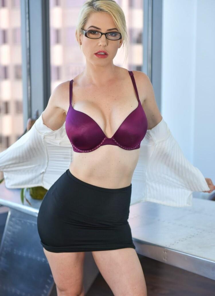 Kit Mercer - una secretaria muy sexy