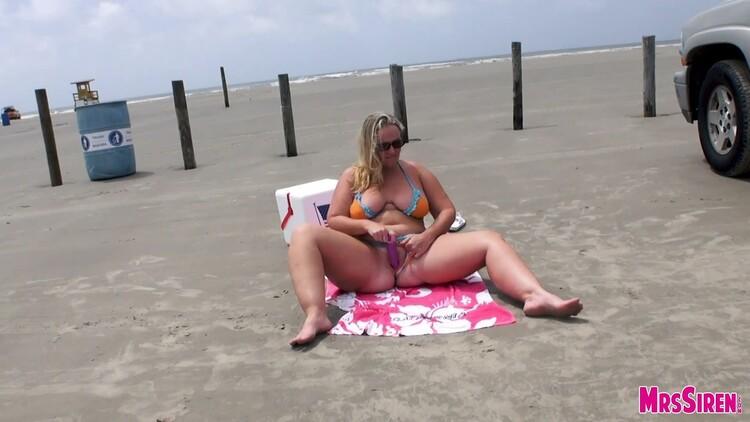 [Imagen: MrsSiren.15.07.14.Naughty.Beach.Fun.XXX....-KTR_l.jpg]