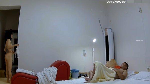 胖哥在家里各个角度偷放了8个360监控摄像头找小姐回家嫖宿让小姐穿上情趣内衣在炮椅上草