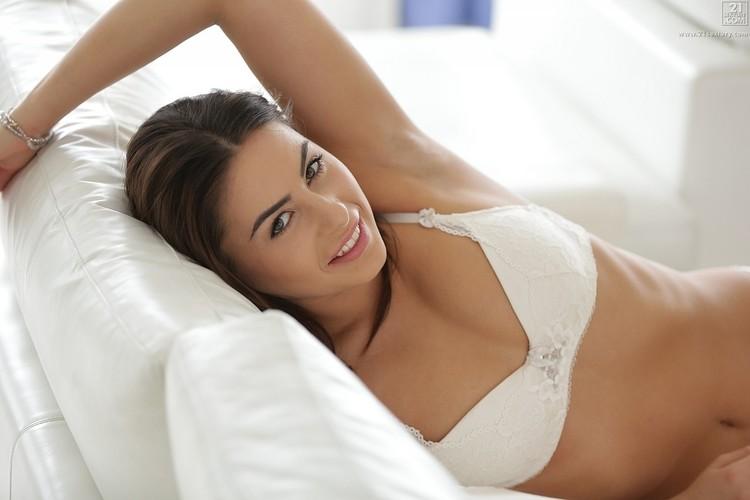 Nikki Waine muestra su culo caliente en bragas blancas
