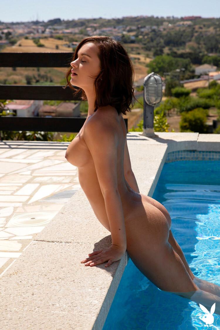Marine Lecourtn se quita su bikini azul junto a la piscina