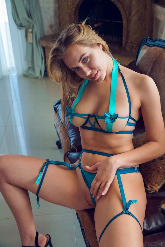 Ryana está envuelta para regalo en lencería sexy