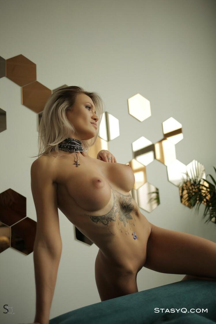 Tasha Q muestra sus pechos grandes