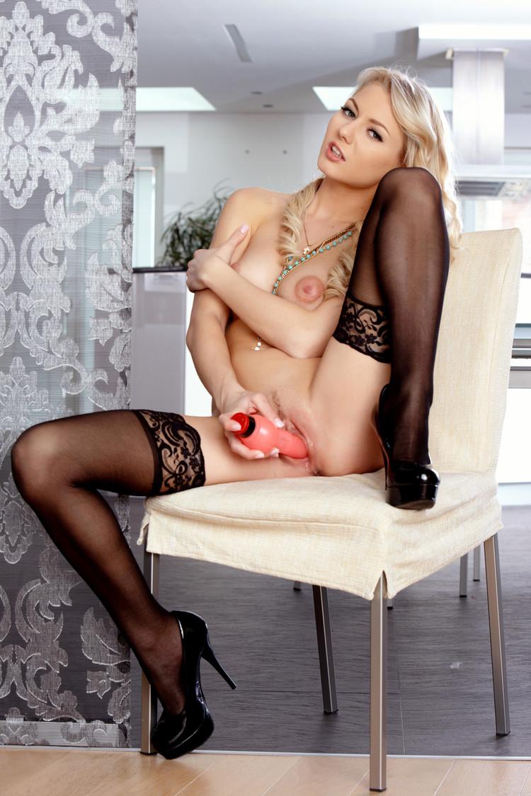 Annely Gerritsen se mete su juguete en la vagina