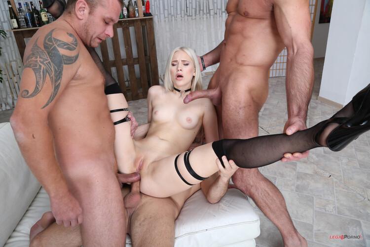 Nikki Hill disfruta la doble penetración anal