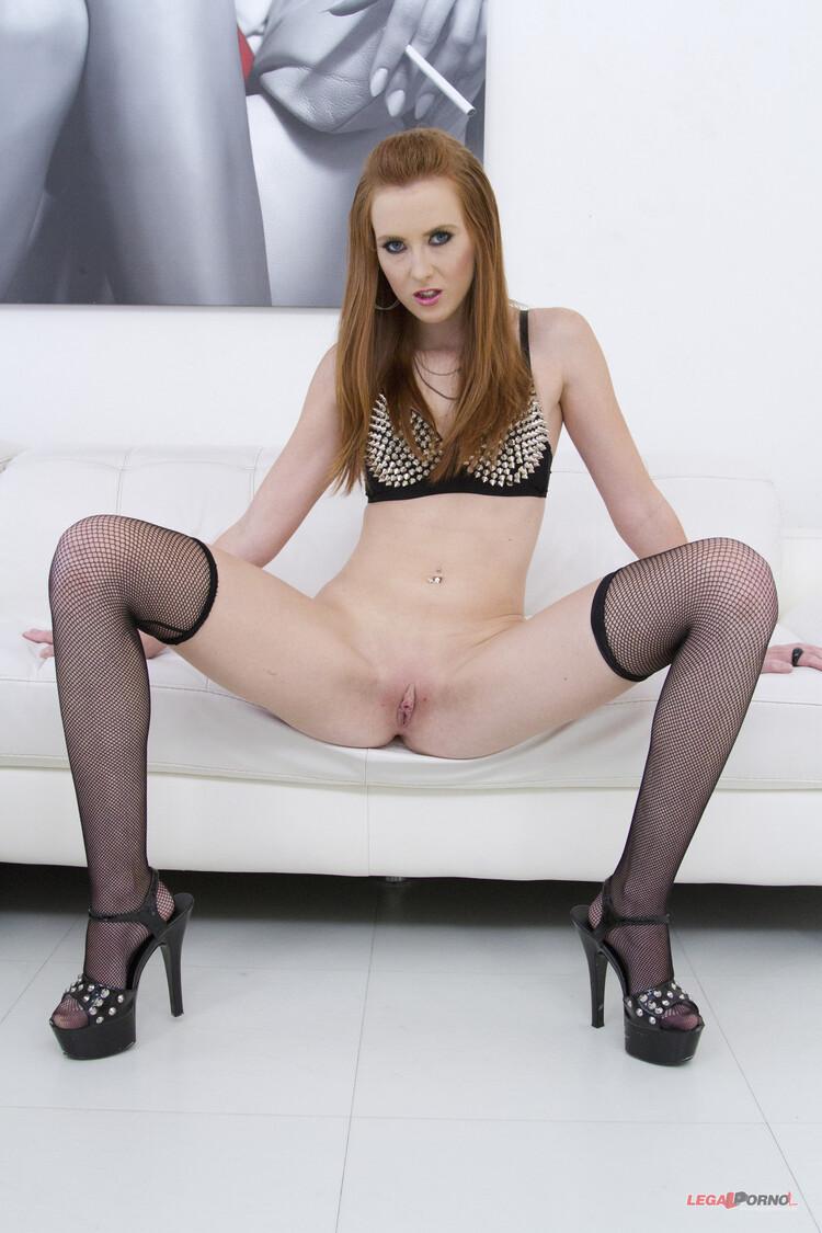 Linda Sweet disfruta una doble penetración anal