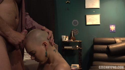 Bald Kristyna